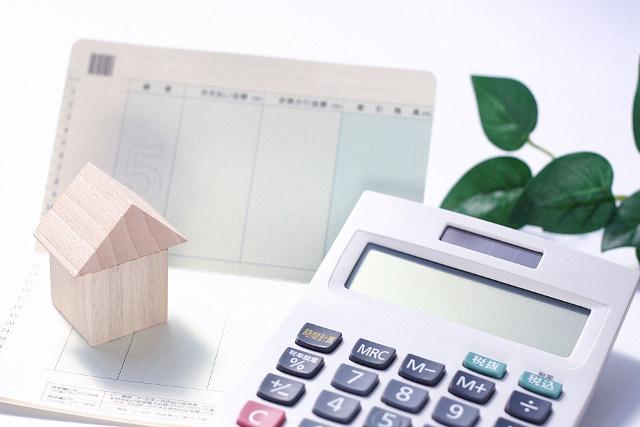 通帳と積み木の家と電卓