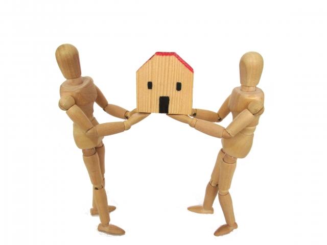 家を奪い合うデッサン人形