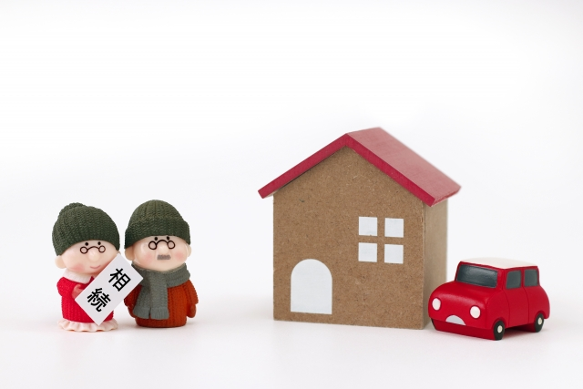 老夫婦の人形と家と車のおもちゃ